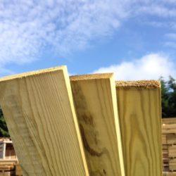 Flat top wooden palisade pales